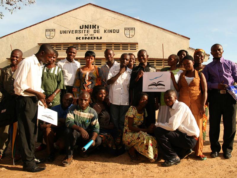 Stipendiaten vor der Universität in Kindu