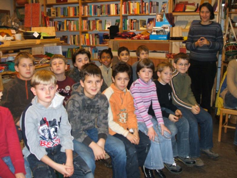 Eine Klasse zu Besuch im Weltladen